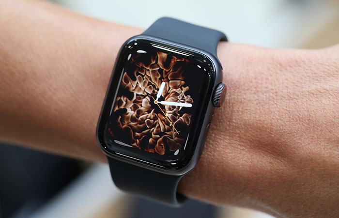 часы Apple Watch Series 4 экран